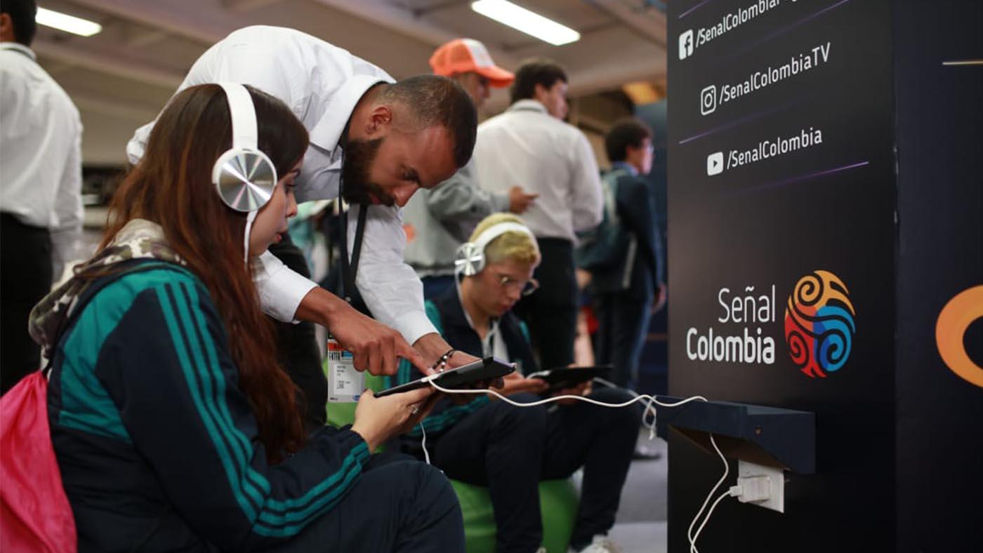 UN ALIADO DE RTVC EXPLICA DINÁMICA DE REALIDAD VIRTUAL EN STAND DE RTVC EN COLOMBIA 4.0 2019